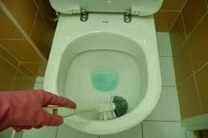 Détartrage wc avec un produit détartrant