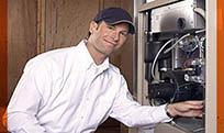 technicien répare le chauffage
